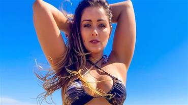 """Nana Gouvea sensualiza ao mostrar curvas em foto na areia: """"Oncinha foi à praia"""""""