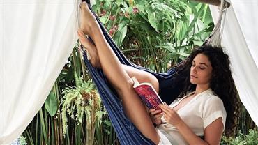 Nua, Débora Nascimento impressiona com pose acrobática em foto artística
