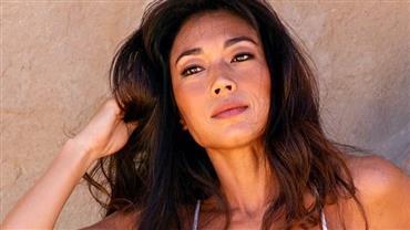Aos 42 anos, Danni Suzuki impressiona ao exibir boa forma em clique de biquíni