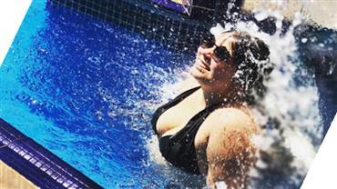 """Solteira, Marília Mendonça curte piscina de biquíni e """"manda indireta"""""""
