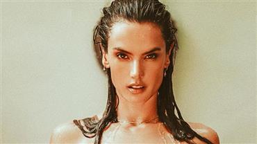 De topless, Alessandra Ambrosio sensualiza e deixa curvas à mostra em cliques ousados