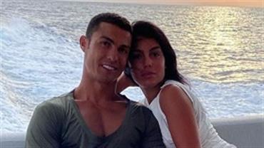 Pé grande? Georgina Rodríguez posa em clima de romance com Cristiano Ronaldo e detalhe rouba a cena