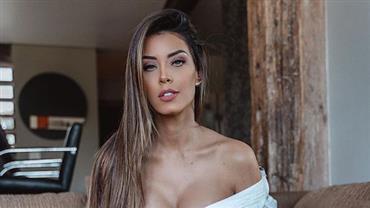 Ex-BBB Ivy Moraes sensualiza ao posar com camisa decotada e exibe seios turbinados