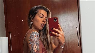 Petra Mattar ostenta decote generoso e exibe tatuagens em selfie no espelho