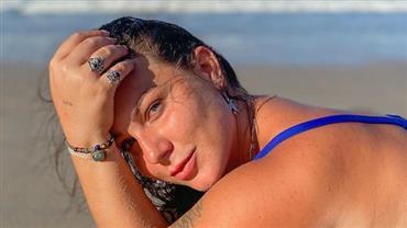 """Ex-BBB Maria Cláudia sensualiza de biquíni na areia e brinca: """"Pose de sereia"""""""