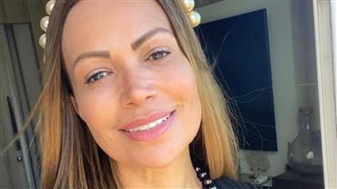 """Aos 45 anos, Solange Almeida exibe shape sequinho de biquíni e fã exalta: """"Um corpo é um corpo"""""""