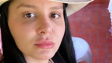 """Maraisa, da dupla com Maiara, posa de biquíni em cachoeira e fã declara: """"Tem que respeitar"""""""