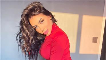 """De lingerie, MC Mirella ostenta corpão em """"clique selvagem"""" e fã brinca: """"Rosna pra mim"""""""