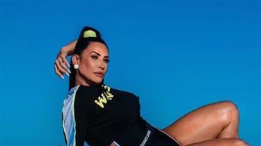 Scheila Carvalho posa com look cavado e deixa coxas torneadas à mostra