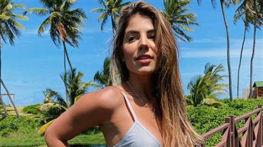"""Ex-BBB Hariany Almeida posta foto de biquíni e ganha elogio: """"Sua lipo ficou linda"""""""