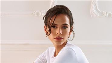 Sem sutiã? Bruna Marquezine posta selfie com vestidinho branco e exibe curvas