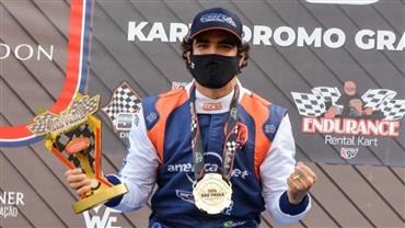 """Caio Castro diz que Grazi Massafera se preocupa quando ele está correndo na pista: """"Comecei no kart em 2008"""""""