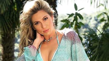 Lívia Andrade posa de biquíni e deixa parte dos seios turbinados 'escapar'