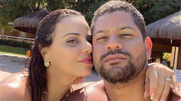 """Viviane Araujo posa em clique apaixonado com o namorado e internauta elege: """"Melhor foto de hoje"""""""