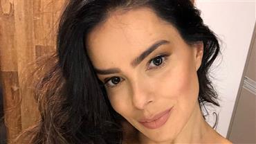 """Vera Viel ostenta boa forma em selfie de biquíni e fã faz pedido: """"Me empresta essa barriga"""""""