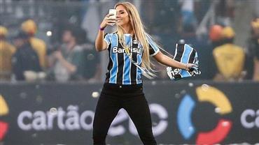 """Carol Portaluppi exibe marquinha de biquíni em pose sexy e fã dispara: """"Gol mais bonito do Renato"""""""