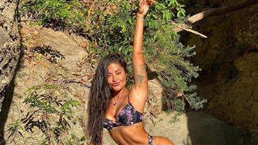 """De biquíni e microshort, Aline Riscado relaxa no topo de cachoeira e recebe elogios: """"Surto nessas fotos"""""""