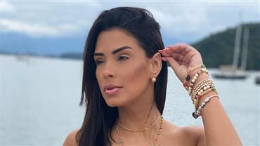 De biquíni fio-dental, Ivy Moraes posa em lancha luxuosa e ostenta barriga chapada