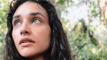 """Débora Nascimento ostenta seios turbinados e internauta pergunta: """"É prótese ou é natural?"""""""