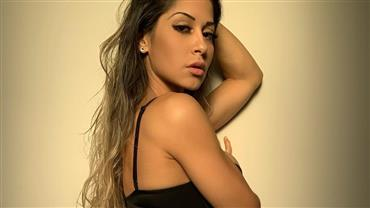 "Nua, Mayra Cardi faz topless e deixa corpo musculoso à mostra: ""Pensei mil vezes se deveria postar"""