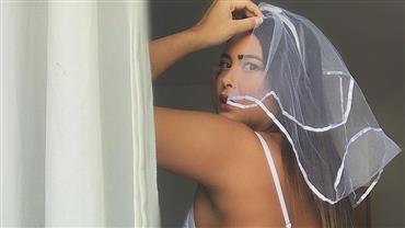 """De biquíni, Geisy Arruda se refresca em banheira e ostenta marquinha """"poderosa"""""""
