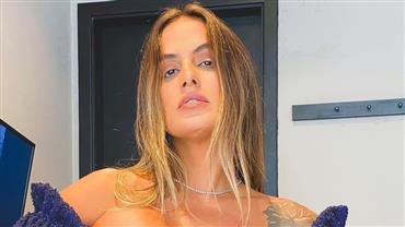 De biquíni fio-dental, ex-BBB Carol Peixinho mostra corpão em cliques na praia