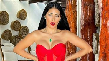 """Toda de vermelho, Simaria Mendes abusa de fenda em vestido e fã se derrete: """"Que mamãe Noel"""""""