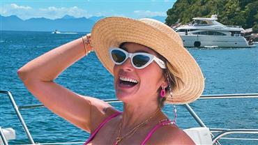 De biquíni, Flávia Alessandra deixa curvas à mostra durante passeio de barco