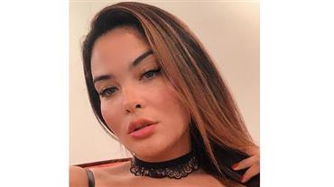 Geisy Arruda dá puxadinha estratégica no biquíni e ostenta marquinha sensual