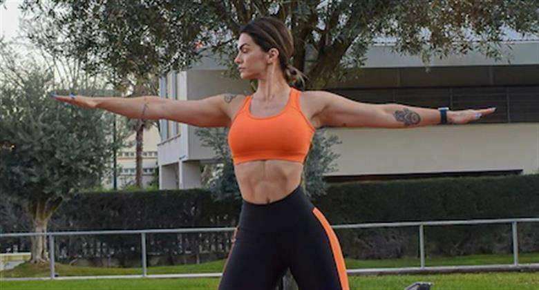 De top, Kelly Key exibe barriga definidíssima e demonstra flexibilidade em fotos