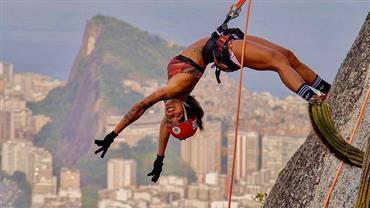 """Aline Riscado se aventura em rapel e exibe corpão definido: """"Uma das vistas mais lindas do mundo"""""""