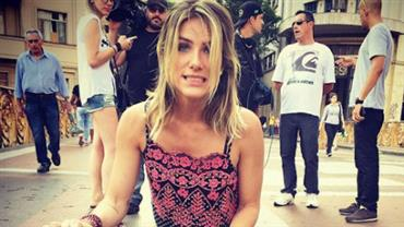 Giovanna Ewbank troca de roupa na rua