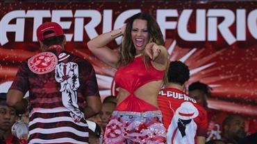 Viviane Araújo aposta em maiô cavado