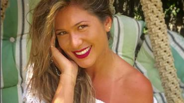 Lívia Andrade posa toda suada