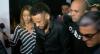 De muletas, Neymar chega em delegacia do Rio para depor