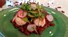 Inove com linguiça de camarão, vinagrete de amendoim e homus de beterraba