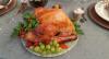 Faça peru assado com farofa, pernil de leitoa e molho natalino