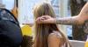 O tosador: Rapaz apavora mulher na rua ao fingir que cortou seu cabelo