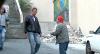 Tiozinho perdido pede informação e deixa rapaziada injuriada