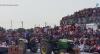 Arquibancada desaba durante competição de tratores na Índia