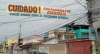 Moradores de bairro do RJ espalham faixas para alertar sobre assaltos