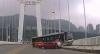 Ônibus cai de ponte após briga de motorista e passageira na China