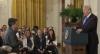 CNN processa Trump por revogar credencial de repórter após discussão