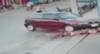 Imagens fortes: grupo levanta carro para resgatar menina atropelada em MG
