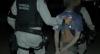 Homem armado toca terror em comunidade, tenta fugir e é preso