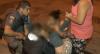 """Garota se debate em rua e familiares afirmam que ela está """"incorporada"""""""