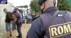 Traficante sai correndo ao ver a polícia, mas é preso em biqueira