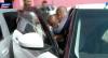 Criança fica presa dentro de carro e polícia faz resgate dramático