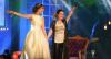 Fã vai a show de Sandy com vestido de noiva após casamento