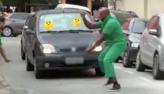 Vem comigo: O cara saiu do carro!